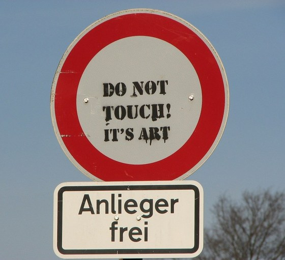 "Verbotsschild mit dem Text ""Do not touch, it's art"""